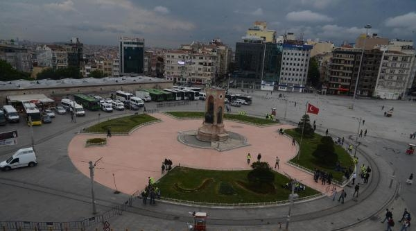 Taksim'de Meydanı Polis Ve Güvercinlere Teslim