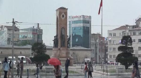 Taksim'deki Vatandaşlar Yağmura Hazırlıksız Yakalandı