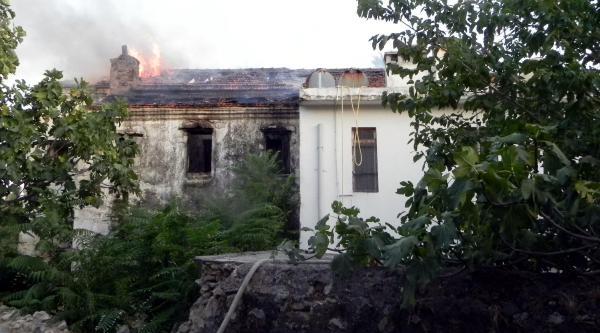 Tarihi Binada Çikan Yangın Korkuttu