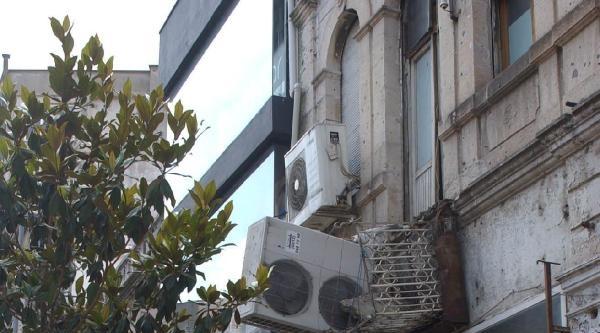 Tarihi Binada Çöken Balkon Paniğe Neden Oldu