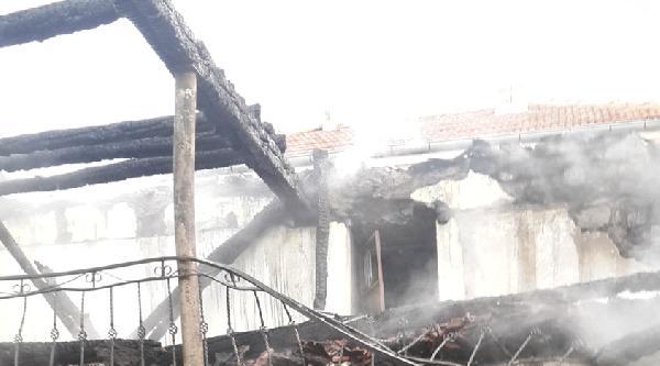 Tarihi Cami Yangında Zarar Gördü