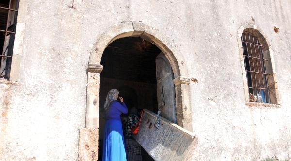 Tarihi Kiliseye Giden Ortodokslara Kırık Kapı Şoku
