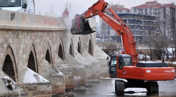 Tarihi Köprüdeki Yazilar Silindi