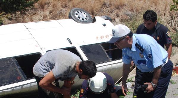 Tarım İşçilerini Taşıyan Minibüs Devrildi: 21 Yaralı