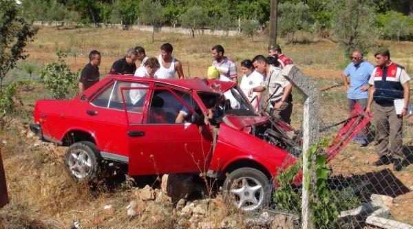Tarlaya Uçan Otomobilde 2 Kişi Yaralandı