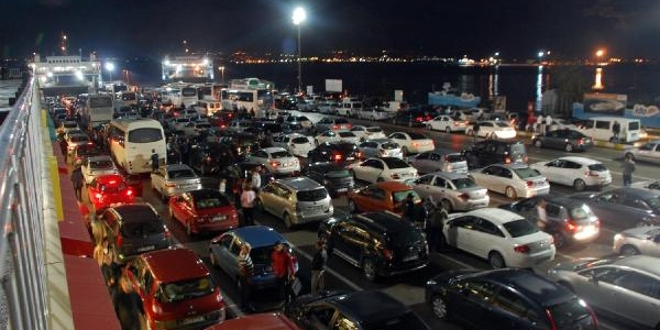Tatilcilerin Dönüşü Nedeniyle Yalova'daki Feribot Iskelesinde Uzun Araç Kuyruklari Oluştu