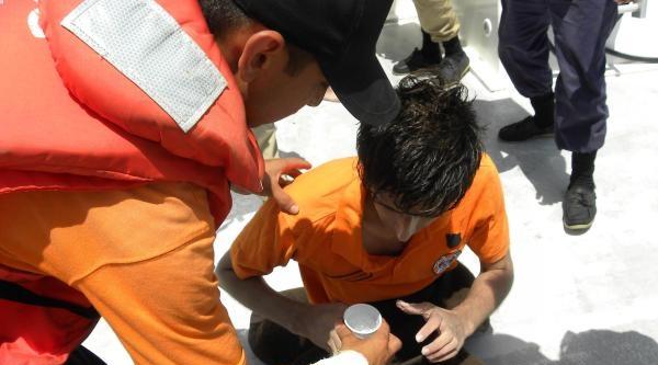 Tekne Faciasında 2 Mülteci, 12 Saat Tahta Parçasına Tutunup Hayatta Kaldı (2)