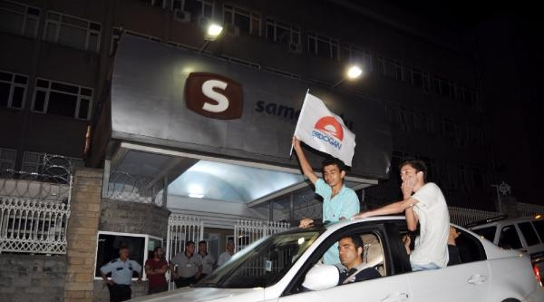 Televizyon Binasının Korkuluklarına Erdoğan Logolu Bayrak Asmak İstedi