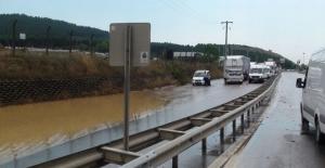 Yolları su bastı, araçlar mahsur kaldı