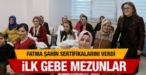 Gaziantep'in 'gebelik okulu'! Fatma Şahin sertifika verdi
