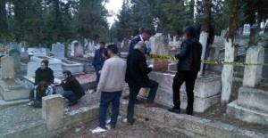 Hasretine dayanamadığı kızının mezarı başında kendini astı