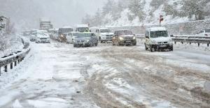 İzmir-Manisa karayolu kardan kapandı