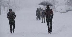 Van'da yoğun kar yağışı nedeniyle okullar tatil