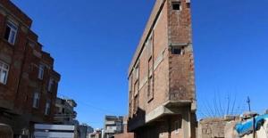 Siverekte iki katlı ilginç bina görenleri şaşırtıyor