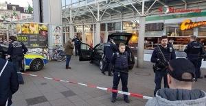 Almanya Heidelberg'de arabayla kalabalığın arasına daldı..