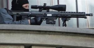 Hollande'ın konuşması sırasında keskin nişancı asker kazara ateş etti!