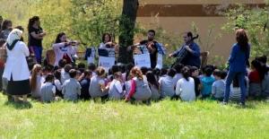 Dağda orkestra kurup köy çocuklarına konser verdiler