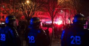 Paris'te protestolar sürüyor, bir kadın boynundan yaralandı