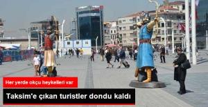 Taksim Meydanı'ndaki 'Okçu' Heykelleri Turistleri Şaşırttı