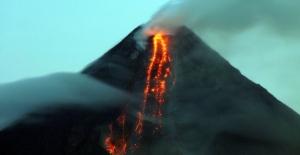 Filipinler'deki Mayon yanardağı faaliyete geçti.