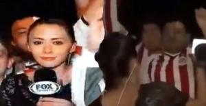 Canlı yayında kadın muhabiri taciz ettiler! Utanç anları kameralara anbean yansıdı!