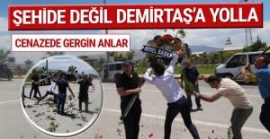 Cenazede olay: Çiçeğinizi şehide değil Demirtaş'a gönderin