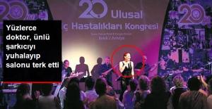 Yüzlerce doktor ünlü şarkıcıyı yuhalayıp salonu terk etti!