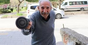 78 yaşındaki adam bastonla direndi