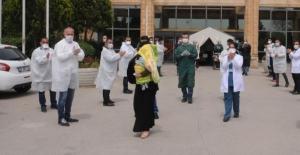Koronavirüsü yenen bebek alkışlarla taburcu edildi