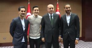 Bakan Çavşuğlu'nun Alman mevkidaşıyla ortak basın toplantısına Mesut Özil diyaloğu damga vurdu