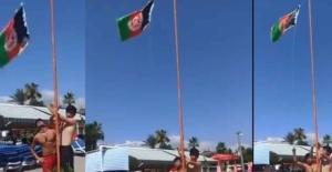 Afganların, Alanya plajına bayraklarını diktiği görüntüyle ilgili Valilikten açıklama