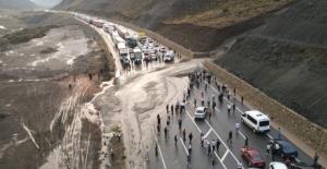Erzincan Sivas kara yolu heyelan nedeniyle trafiğe kapandı