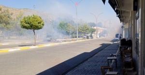 Diyarbakır'da elektrik ekibinin çalışmasını engelleyen gruba polis müdahalesi