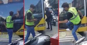 Motokuryelerden İETT otobüsüne tekmeli, yumruklu saldırı!