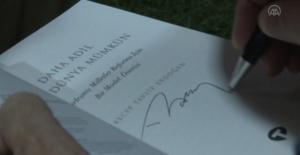 """Son dakika haberi! KAHRAMANMARAŞ - Cumhurbaşkanı Erdoğan, """"Daha Adil Bir Dünya Mümkün"""" adlı kitabını gençler için imzaladı"""