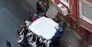 Esenler'de can pazarı; Mahalle sakinlerinin açtığı çarşafa atladılar
