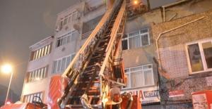 Fatih'te çatı katında yangın: Dairedeki kadını itfaiye kurtardı