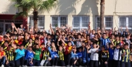 Farkli Formalar Giyen Öğrenciler Bariş Ve Kardeşlik Için Futbol Oynadi