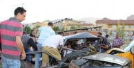İki Otomobil Çarpişti: Baba Ve Anne Karnındaki Bebek Öldü