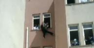 Lisede Pencereden Atlamak İsteyen Kızı, Öğretmenler Yakaladı