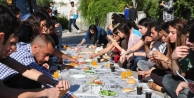 Üniversiteliler Yer Sofrasinda Kizli Erkekli Yemek Yedi