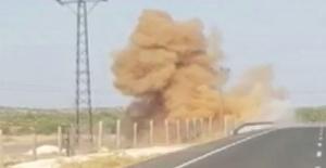 Mardin'de, teröristler tarafından karayoluna tuzaklanan el yapımı patlayıcı kontrollü bir şekilde infilak ettirildi.