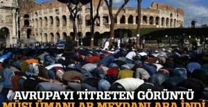 Roma'da Müslümanlar protesto için Kolezyum'un önünde namaz kıldı
