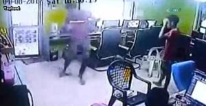 İnternet kafede dehşet: Yılan böyle saldırdı