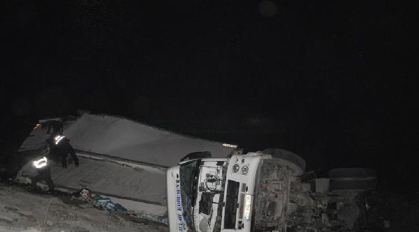 Tır Çoruh Nehri'ne Uçtu; Sürücü Öldü