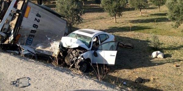 Tır'a Çarpan Otomobilin Sürücüsü Öldü