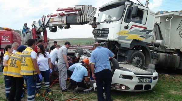 Tır'ın Altında Kalan Otomobilde Can Pazarı: 2 Yaralı