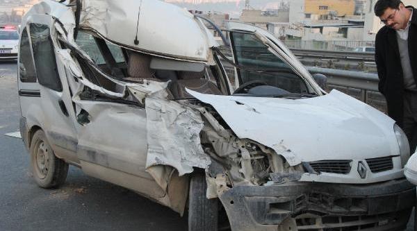 Tir'in Çarptiği Hafif Ticari Aracin Sürücüsü Yaralandi