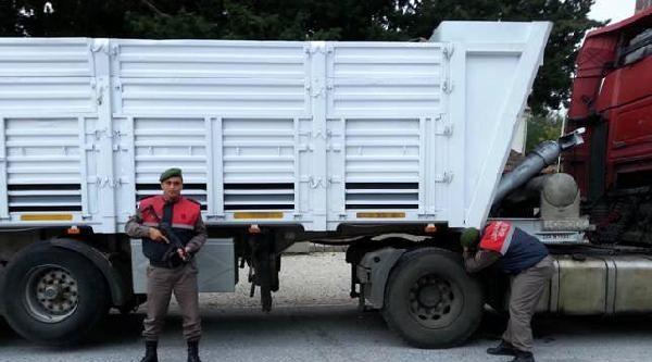 Tır'ın Özel Bölmesinden 3 Bin Litre Kaçak Mazot Çikti