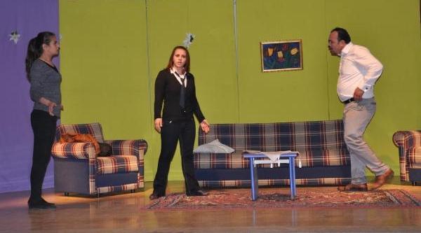 Tiyatroda Liselilerin Yumruklu Kavgasi